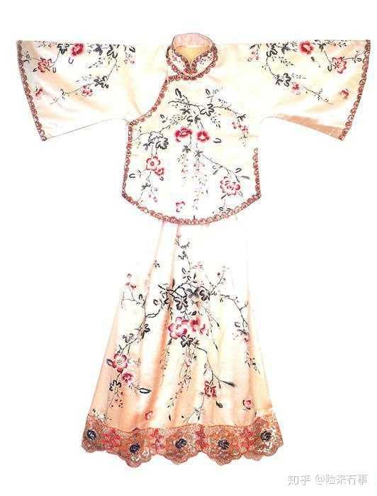倒大袖一般有:倒大袖长旗袍;搭配百褶裙,同色系裙子;老绣马面裙;倒大图片