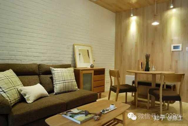 地面浅色木地板,餐厅木质半圆餐桌,靠墙简单长凳,沙发边缘小边几
