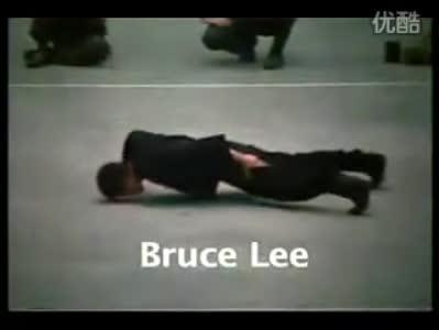 李小龙/当然参考最著名的李小龙表演的单手俯卧撑(如下图)