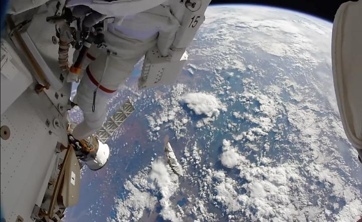 宇航员在空间站高度使劲向地球扔一把螺丝刀能否成功击中地球?