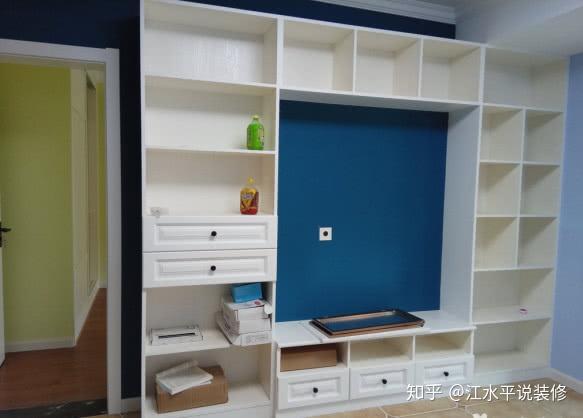 客厅,木工师傅打的一面墙电视柜背景墙,地面贴的是仿古砖,朱师傅贴砖图片