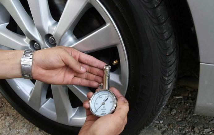 有一个安全的范围值小型轿车轮胎气压过低货运汽车的轮胎气压过高图片