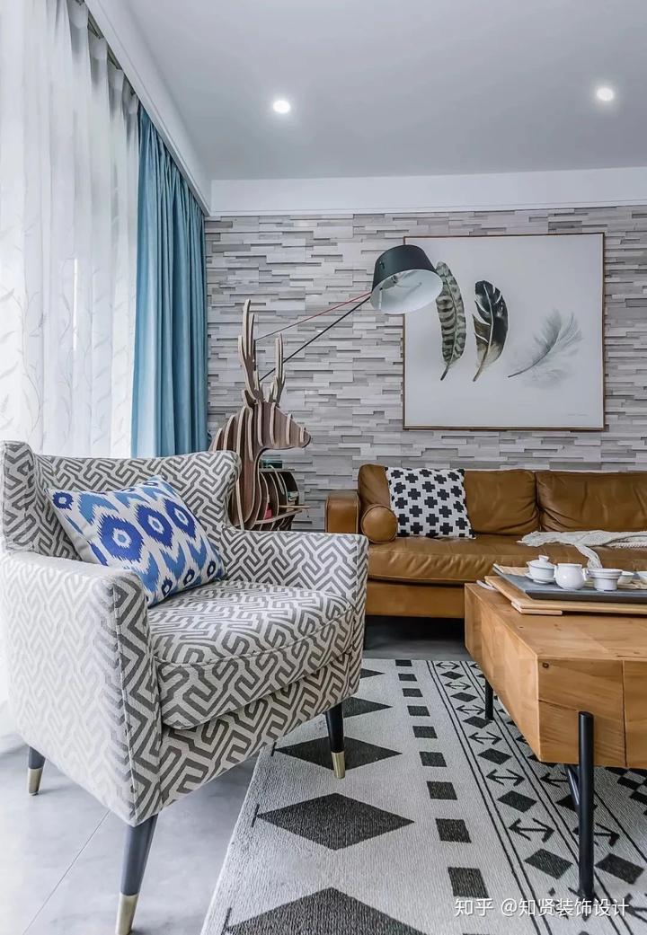 120平混搭,客厅灰色系瓷砖搭配沙发同色系背景墙,美翻
