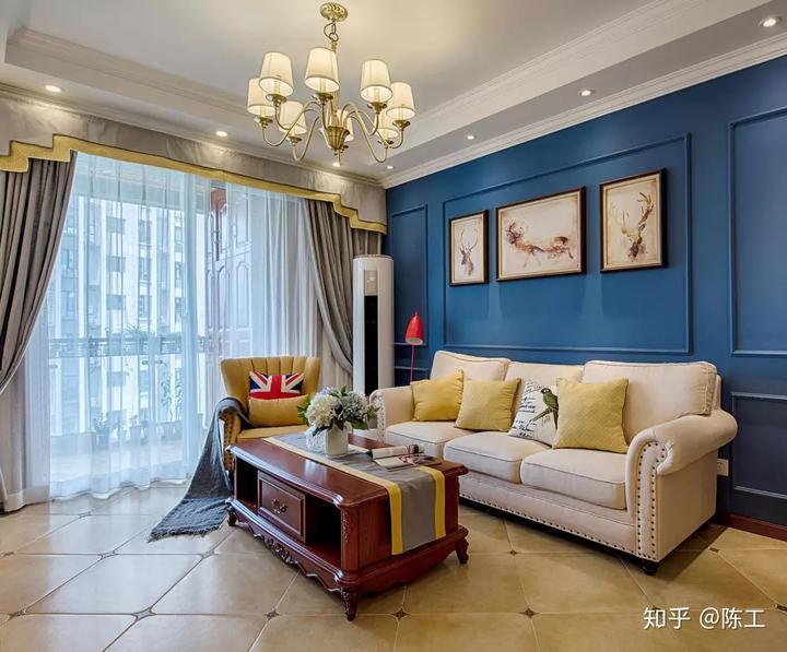 客厅全景,沙发背景简单线条勾勒,电视墙简单方框造型,两边壁灯点缀图片
