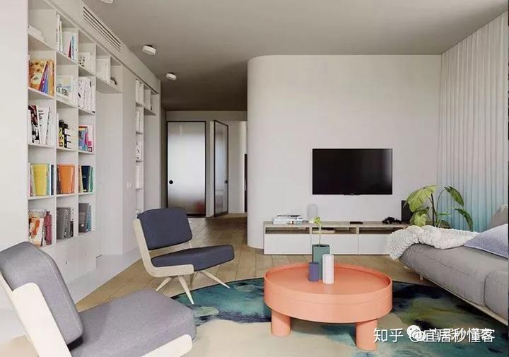 入户侧墙变成了简约的嵌入式电视墙,让电视离开客厅中心位置,沙发相对