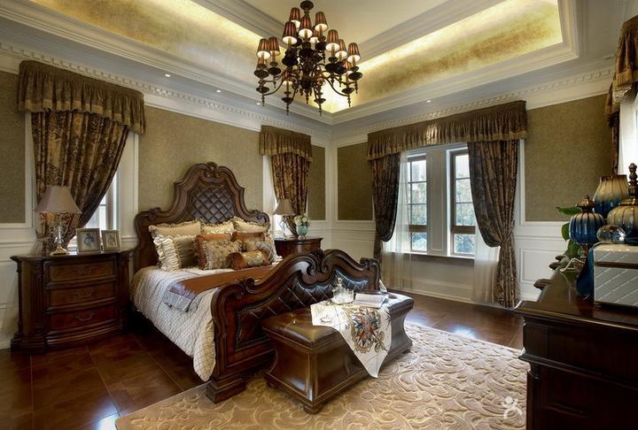 地面铺上蓝色精美的花纹毛毯,同色系的被罩,棕色的窗帘,复古又大气.图片