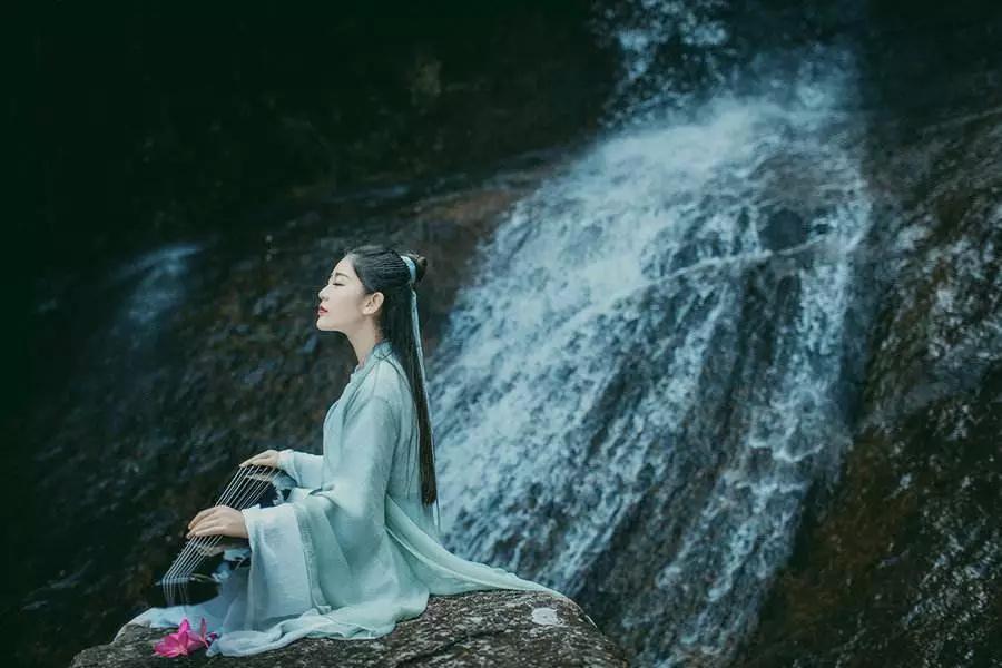 音乐:空山琴音 艺术家:巫娜 图片:网络 文字:雨法雨 如需转载请联系