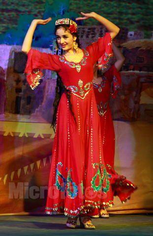 新疆维吾尔族_新疆传统服饰是什么样的?有些新疆舞蹈里面露肚脐,这种是不 ...