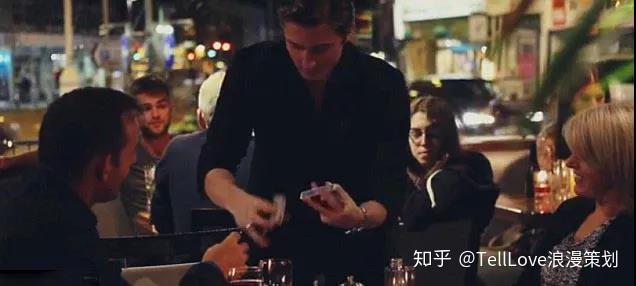 铉求婚视频_将为女主角准备的求婚视频都安排在了手机里,扫描一下菜单,居然播放多
