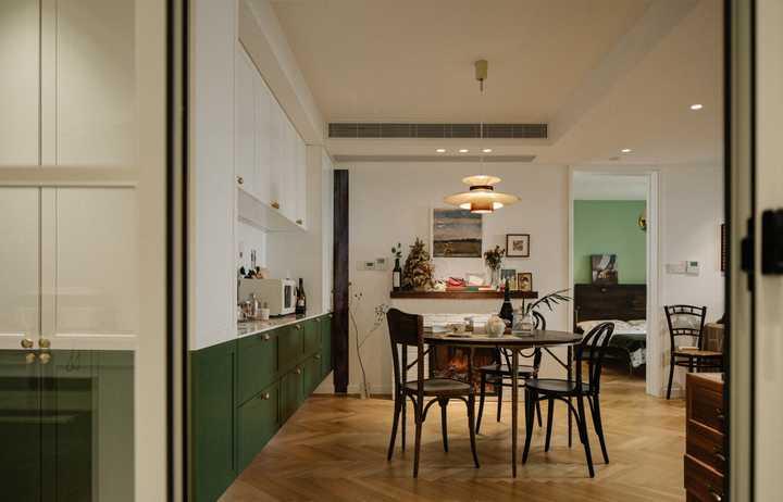 她买下108㎡二手房,绿色系+人字拼木地板,打造复古风美宅!