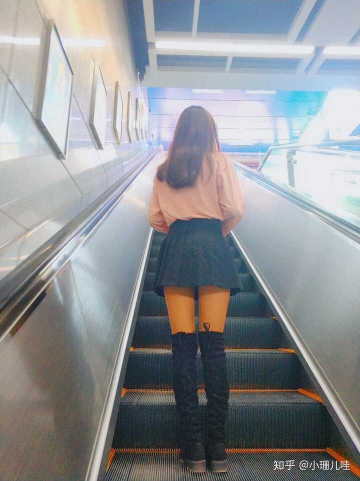 女生穿过膝靴时里面都穿袜子吗,如果穿的话穿的是什么样的袜子?