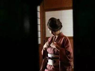 日本女人和服后面_日本女性和服背后腰部的类似小枕头的东西是干嘛的? - 知乎