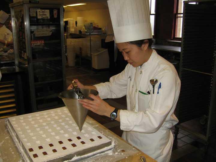 常见的酒心巧克力是如何制作的巧克力8