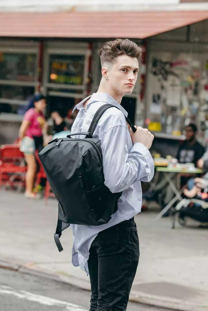 推荐潮一点的男士双肩包品牌 ?