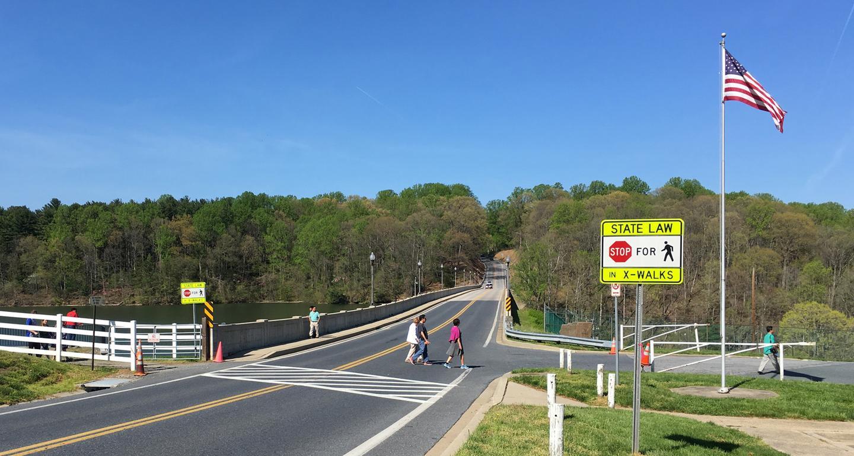 如何在美国驾车?美国道路行驶白皮书:实景图说明美国道路与路标系统,自驾游必读(万字百图技术贴)。