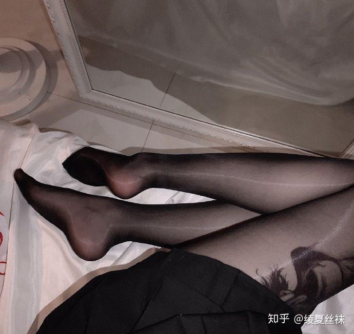 女生喜欢穿肉色丝袜还是黑丝袜?21