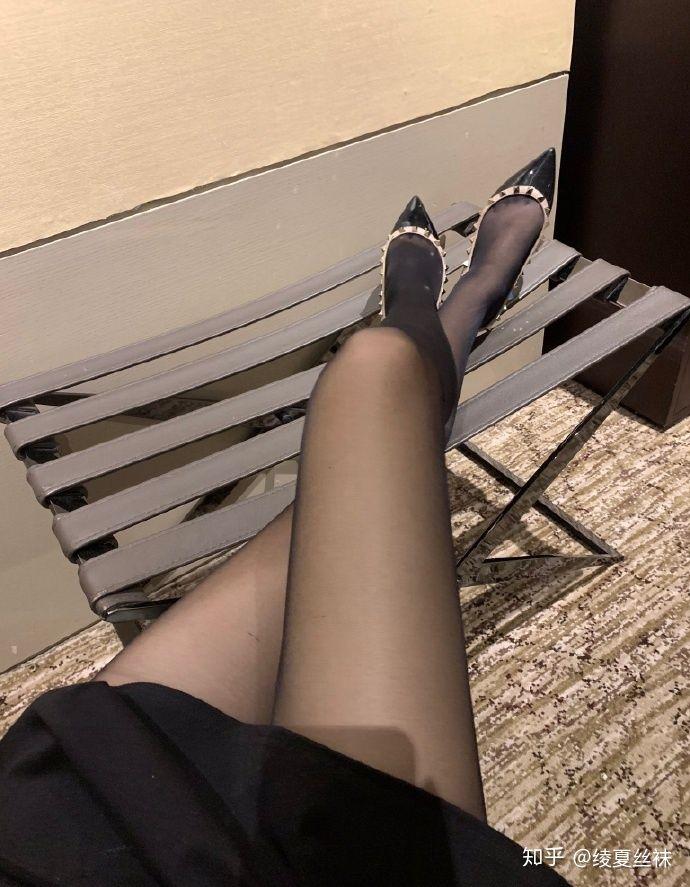 女生喜欢穿肉色丝袜还是黑丝袜?5
