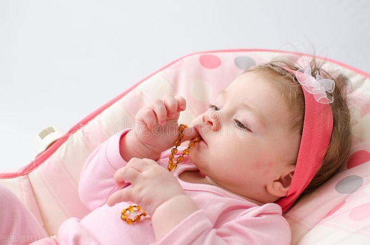 宝宝喜欢吮手指有哪些影响(小孩喜欢吮指是什么原因)插图(1)