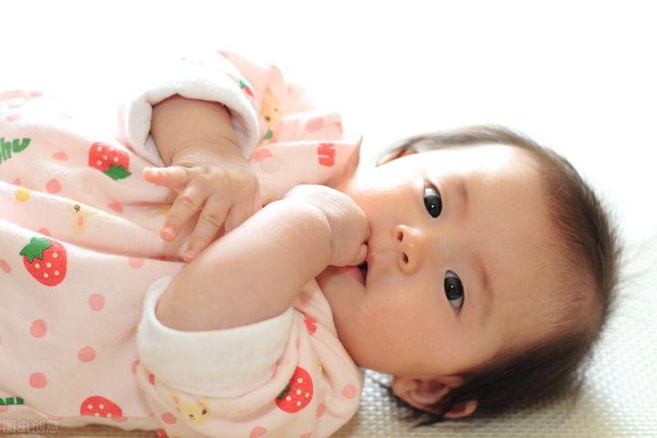 宝宝喜欢吮手指有哪些影响(小孩喜欢吮指是什么原因)插图