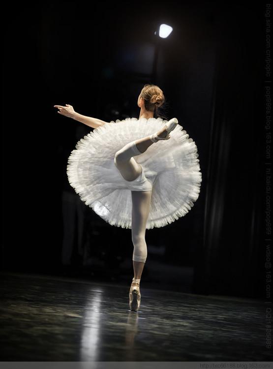 跳芭蕾舞的人_为什么芭蕾舞和一些其它舞蹈有把底裤刻意暴露给观众看的一些 ...