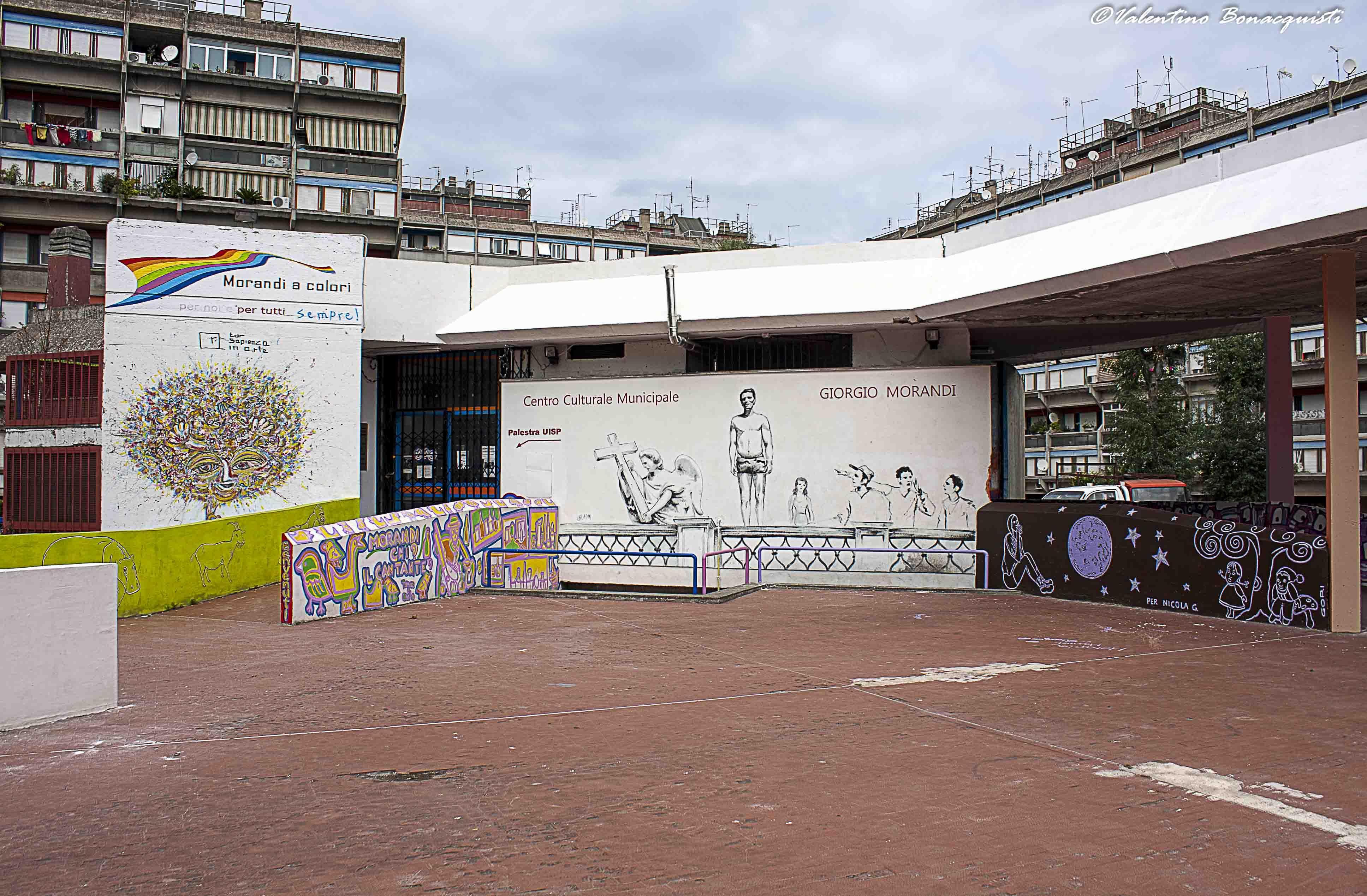中国 罗马/这是花园庭院的内景,经常会组织小孩进行艺术墙绘活动。