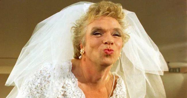 这个又裸奔又女装的亿万富翁,在英国比耶稣还受家长欢迎。
