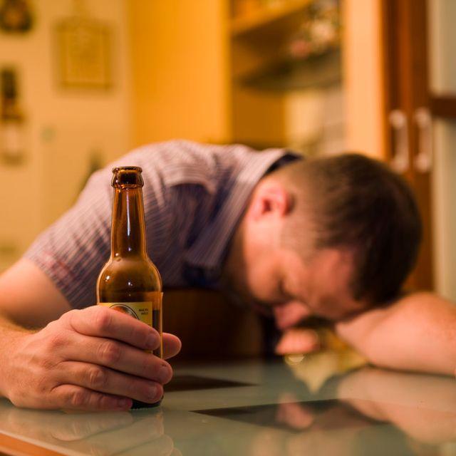 喝酒_人为什么在心情不好的时候喜欢喝酒?