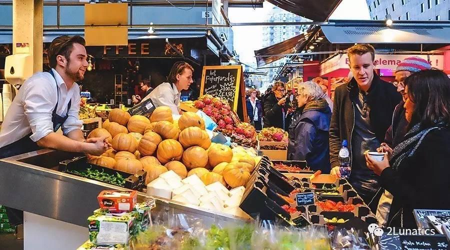 鹿特丹市场:45度角仰望天空,生吞下一条咸鱼