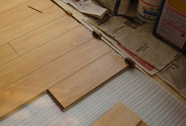 实木地板铺装工艺_终于要装木地板了,底下一定要铺这个东西才会让地板铺的更好 ...