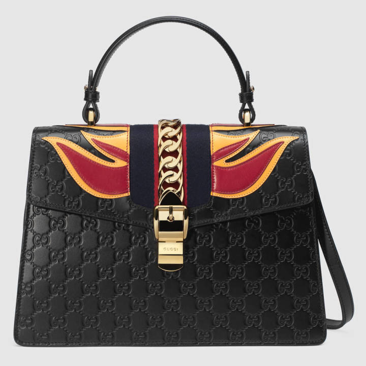 4eeb958906dc 采用热压印工艺的Gucci Signature皮革上,有经典的双G压花,质感厚实,另外这款包包还有醒目的火焰图案装饰,稳重之外多了霸气。