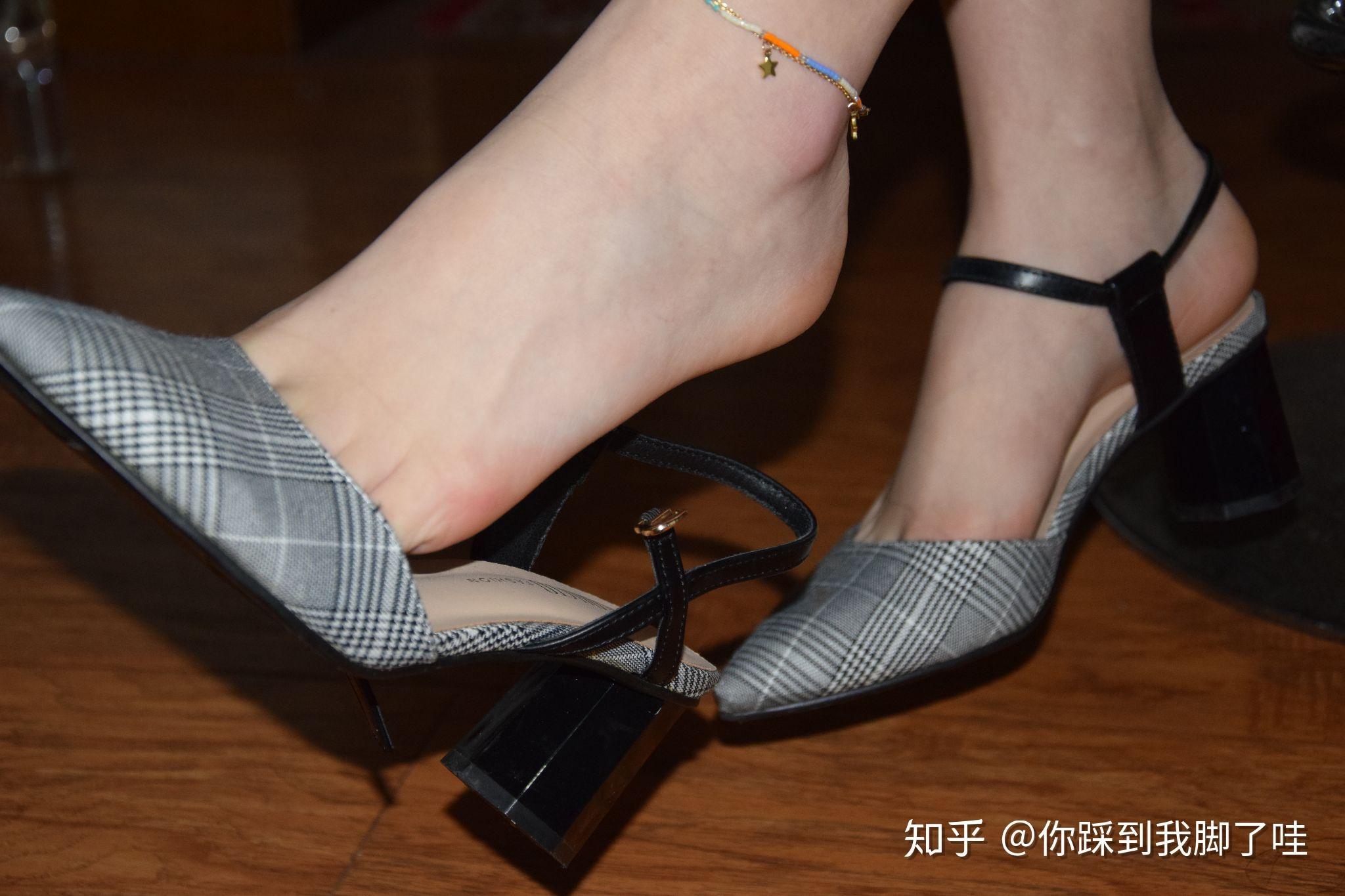哪种高跟鞋穿着舒服_女生光脚穿单鞋或高跟鞋脚不臭吗?是怎么克服光脚不臭这个 ...